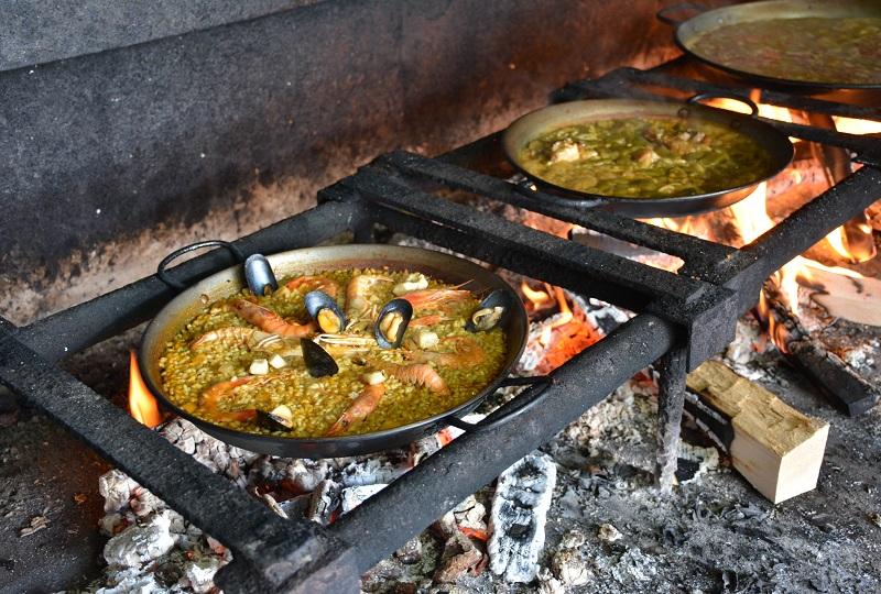 昔ながらの薪で炊くパエリア