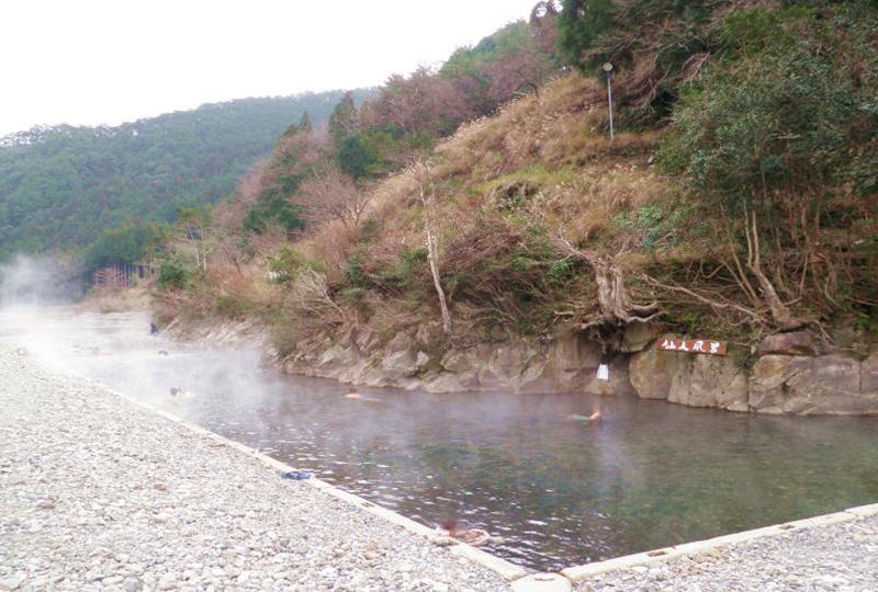 大塔川の一部を堰き止めた大露天風呂「川湯温泉」