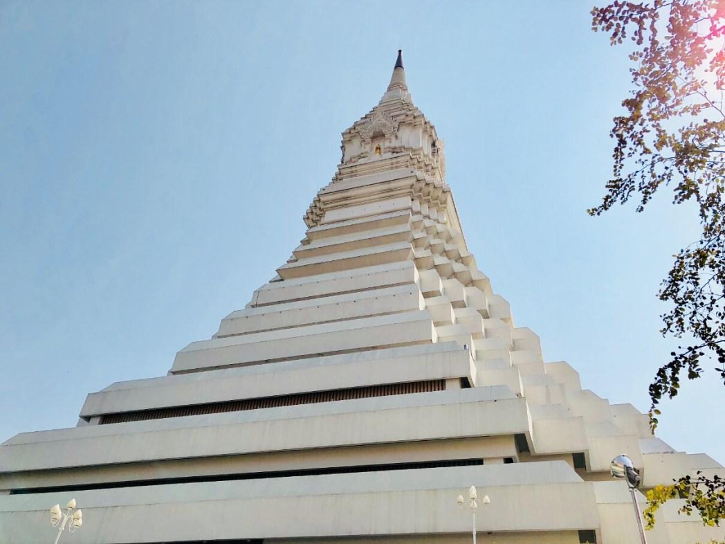 2012年に完成した白くそびえ立つ仏塔