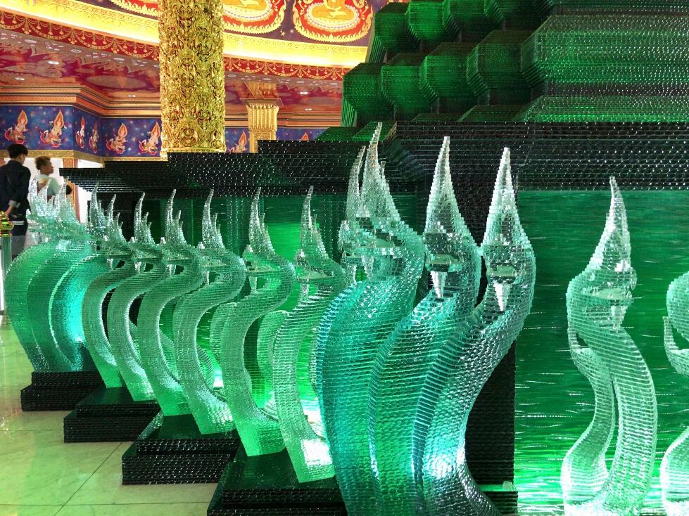 ミステリアスに輝くエメラルド色の仏塔