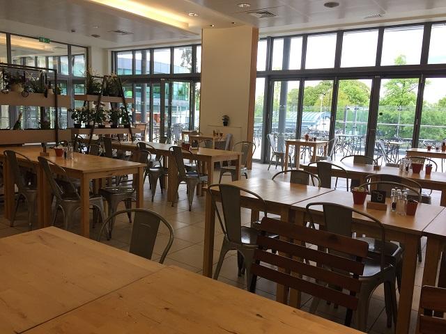 レストラン、カフェ、パブ等は最寄りのサウスフィールズ駅、ウィンブルドン・パーク駅の周辺に充実。