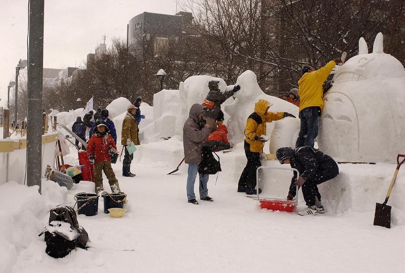市民雪像は人気の写真撮影スポット