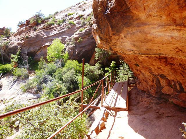 崖に設置された架け橋を歩いていきます
